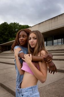 Duas adolescentes posando juntas enquanto passam o tempo ao ar livre Foto Premium