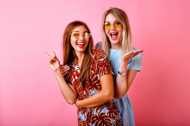 Duas adoráveis mulheres jovens e felizes se divertindo juntas