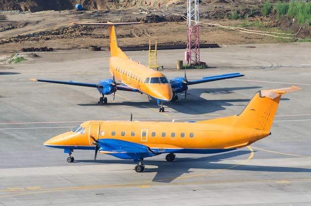 Duas aeronaves idênticas estacionadas no aeroporto.