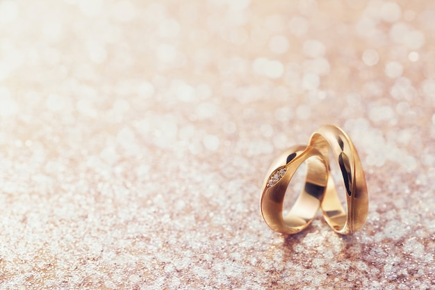 Duas alianças de casamento em fundo abstrato com espaço de cópia