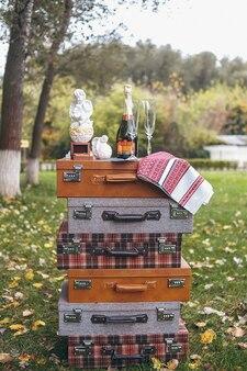 Duas alianças de casamento em um lindo caixão de madeira com musgo verde. acessórios de casamento. manhã de noiva
