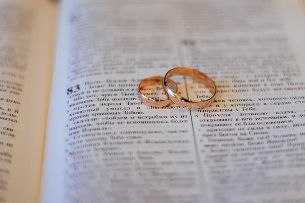 Duas alianças de casamento em uma bíblia