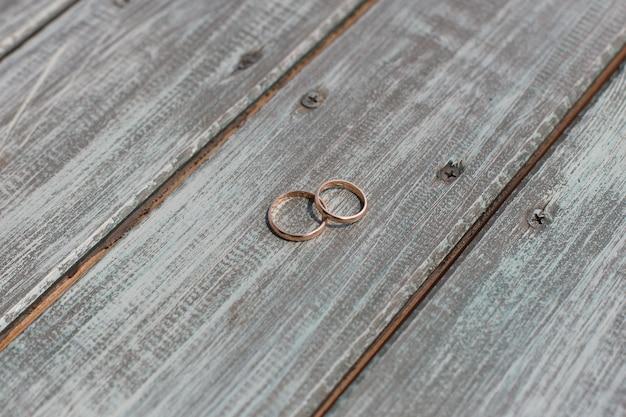 Duas alianças de ouro em uma mesa de madeira fechar. conceito de casamento. dia do casamento.