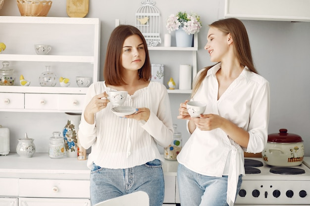 Duas amigas bebendo chá em casa