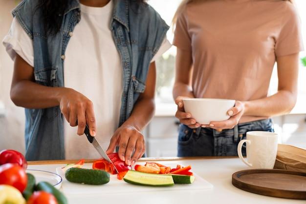 Duas amigas cozinhando juntas na cozinha