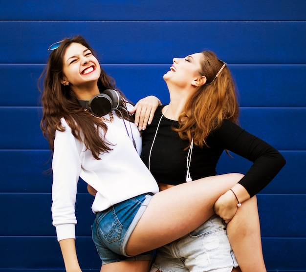 Duas amigas de hipster jovem juntas se divertindo.