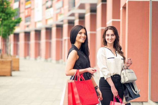 Duas amigas depois das compras.