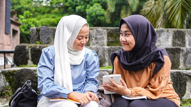 Duas amigas estudantes asiáticas discutindo