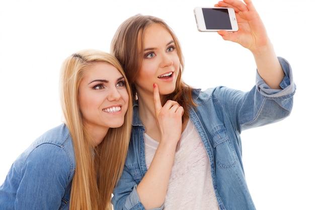 Duas amigas fazendo um selfie
