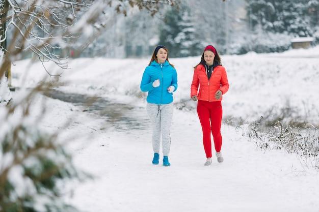 Duas amigas jogging no inverno