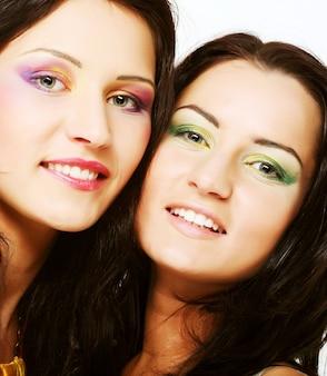 Duas amigas juntos sorrindo