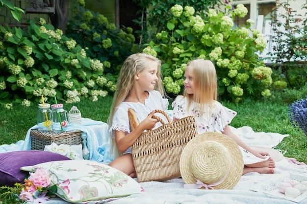 Duas amigas no jardim em um piquenique no verão