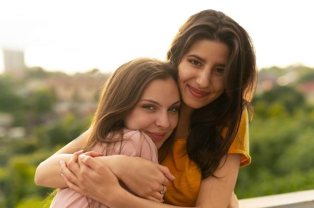 Duas amigas passando um tempo juntas ao ar livre Foto Premium