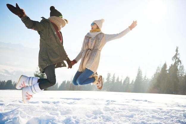 Duas amigas pulando tão alto