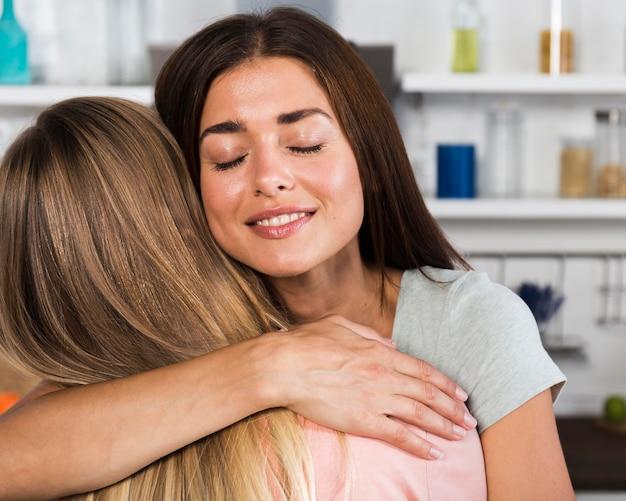 Duas amigas se abraçando