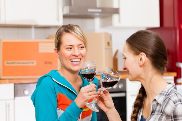 Duas amigas se movendo em um apartamento