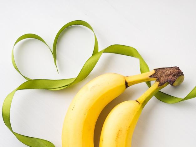 Duas bananas com moldura de fita verde