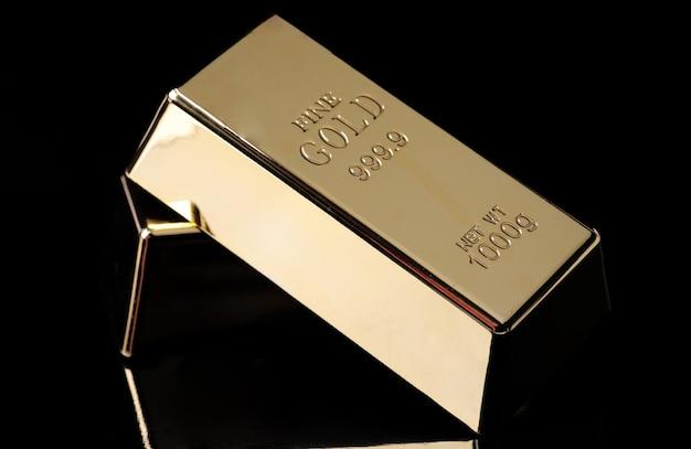 Duas barras de ouro em um preto
