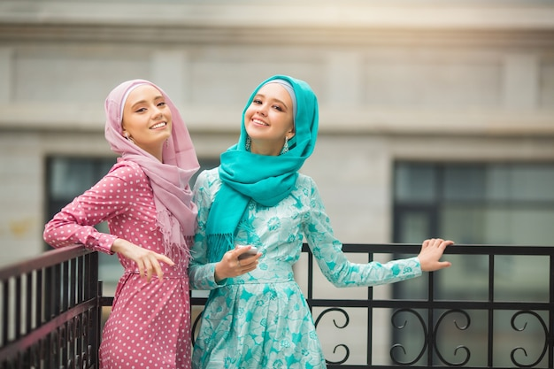 Duas belas moças em vestidos muçulmanos