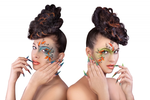 Duas belas moças sexy slim com maquiagem brilhante