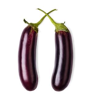 Duas berinjelas maduras isoladas. imagem aproximada de vegetais de berinjela ideais com pedúnculo verde fresco e alimentos orgânicos naturais saudáveis