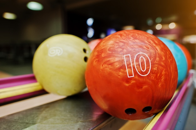 Duas bolas coloridas de boliche do número 10 e 9