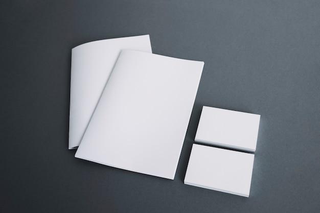Duas brochuras e duas pilhas de cartão de visita