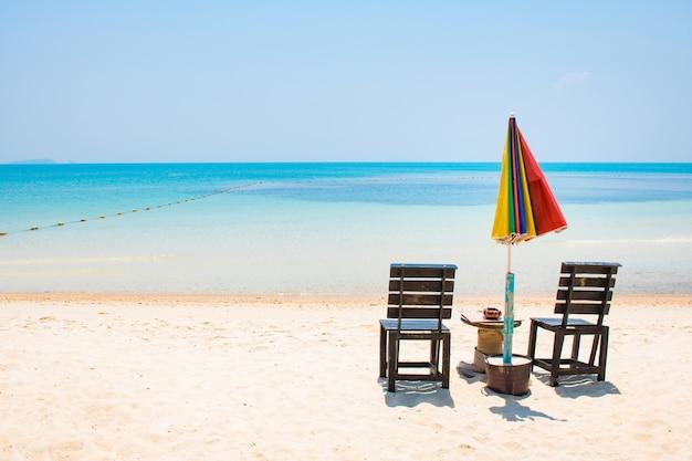 Duas cadeiras, com, umbrela, branco, areia, praia, e, azul, mar, em, samed, ilha, tailandia