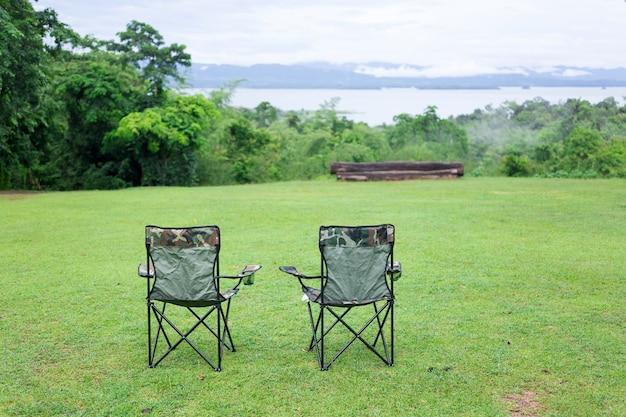 Duas cadeiras dobráveis vazias para acampamento ao ar livre