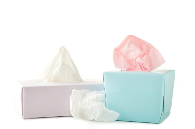 Duas caixas de lenços de papel isoladas em um fundo branco