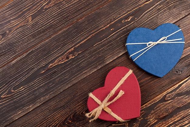 Duas caixas de presente e espaço de cópia. coração decorativo para o feriado do dia dos namorados, espaço de texto.