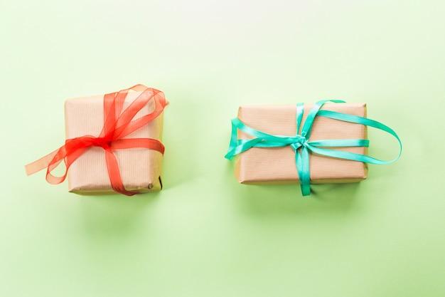 Duas caixas de presente em pastel verde