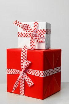 Duas caixas de presente, em um fundo branco. presente para o dia dos namorados, dia das mães e natal. cartão de felicitações