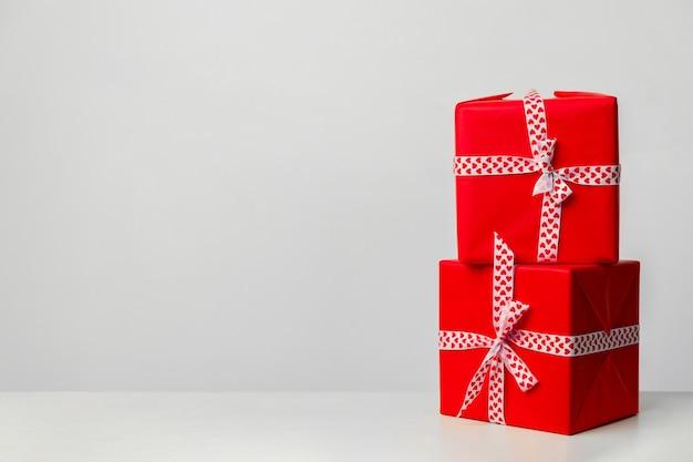 Duas caixas de presente, em um fundo branco. presente para o dia dos namorados, dia das mães e natal. lugar para o seu texto. cartão de felicitações