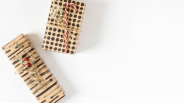 Duas caixas de presente pequena na mesa branca