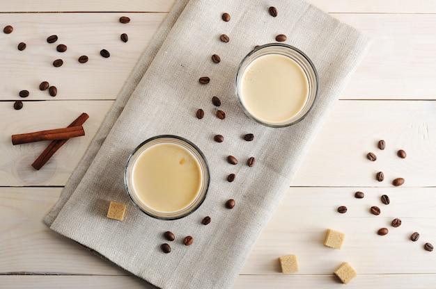 Duas canecas de café em um guardanapo de linho e grãos de café com açúcar e canela