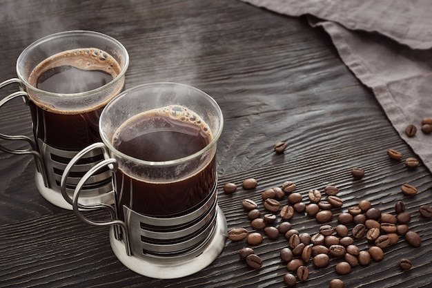 Duas canecas de café preto quente