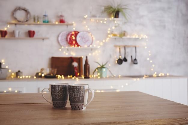 Duas canecas de chá ficam na cozinha sobre a mesa