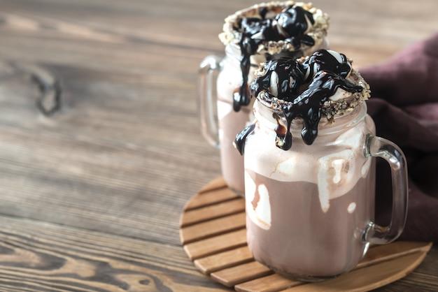 Duas canecas de chocolate quente com marshmallows