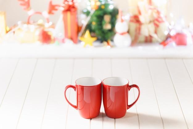 Duas canecas vermelhas no fundo do objeto do festival de natal