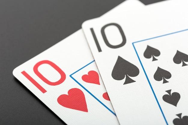 Duas cartas de jogar em cinza