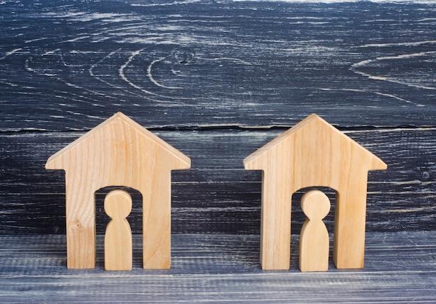 Duas casas de madeira com as pessoas sobre um fundo preto