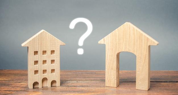 Duas casas de madeira em miniatura