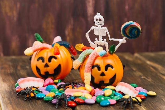 Duas cestas de doçura ou travessura com esqueleto