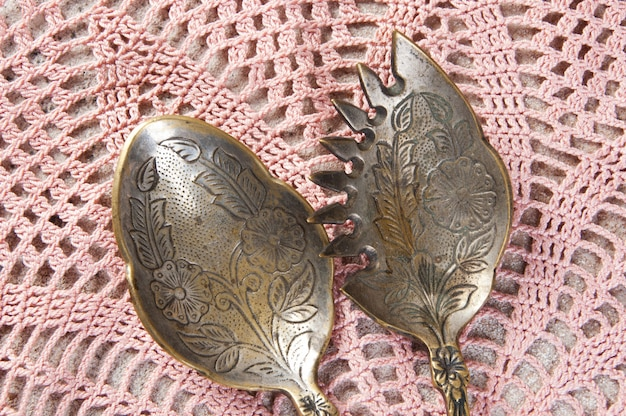Duas colheres de salada de bronze antigo