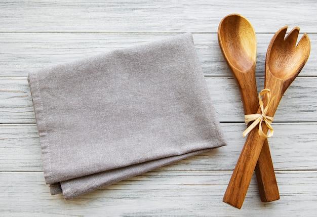 Duas colheres de salada de madeira
