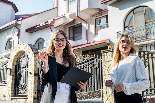 Duas corretoras de imóveis verificam novos apartamentos antes da venda