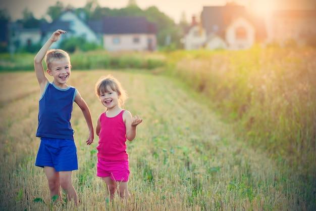 Duas crianças alegres alegres felizes menino e menina irmão e irmã