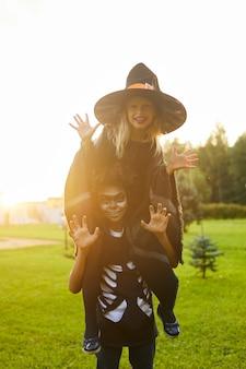 Duas crianças brincalhões no halloween
