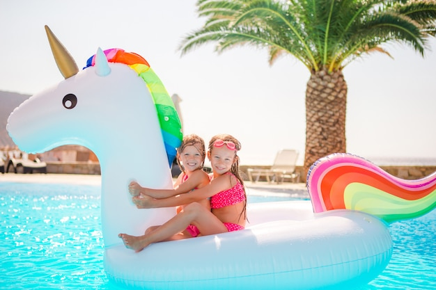 Duas crianças brincando na piscina